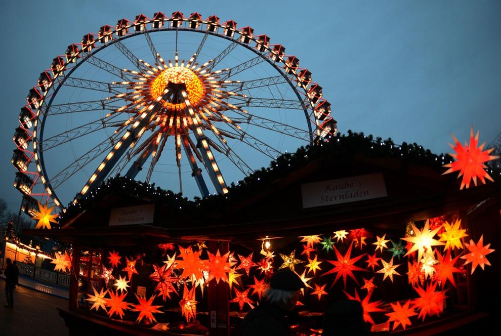 Колесо обозрения на рождественской ярмарке возле Красной ратуши в Берлине, Германия. (JOHANNES EISELE/AFP/Getty Images)