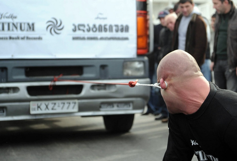 Сдвинуть ухом грузовик и установить рекорд! (4 фото)
