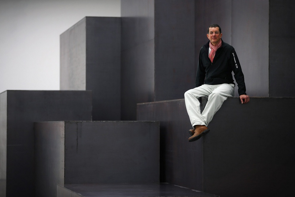 Энтони Гормли позирует на своей громадной инсталляции под названием «Модель» (англ. Model). Внутри конструкции можно гулять. (Dan Kitwood/Getty Images Europe)