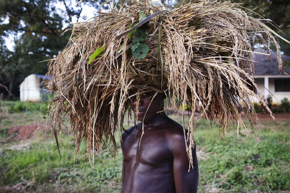 Фермер со стогом пшеницы на голове в Гиледже, Гвинея-Бисау. Раньше здесь располагалась крепость португальцев. (REUTERS/Joe Penney)