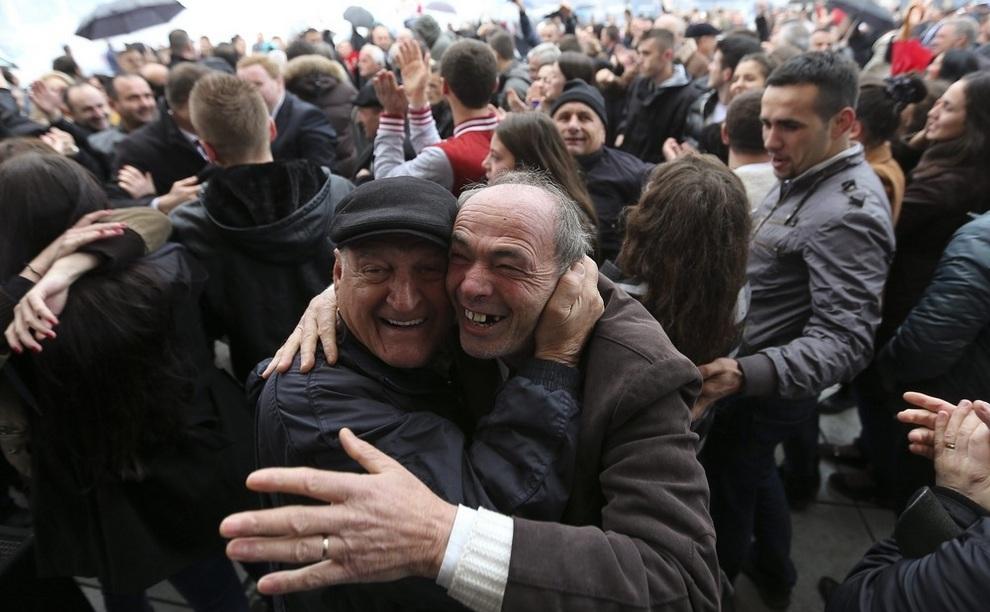 Этнические албанцы радуются вердикту трибунала, Приштина, Косово. (EPA/VALDRIN XHEMAJ)