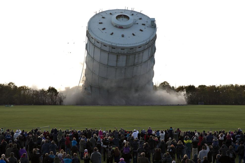 Крушение газового контейнера. (AP Photo/Jacob Ehrbahn)