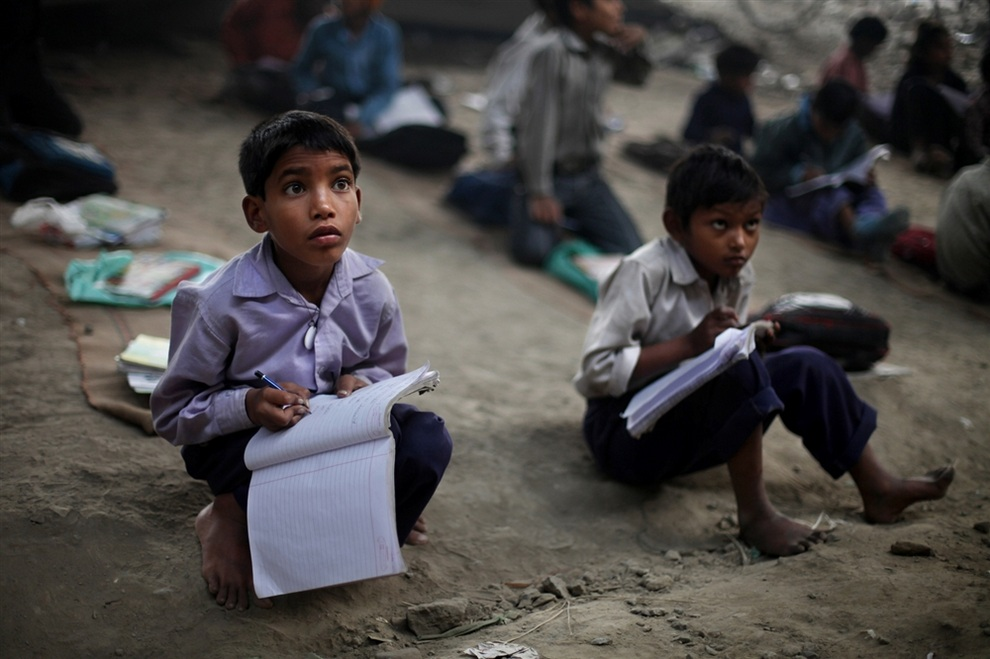 Дети внимательно слушают учителей. (AP Photo/Altaf Qadri)