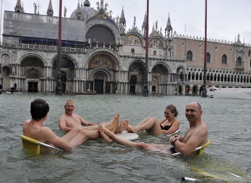 Венеция превратилась в бассейн для туристов (14 фото)