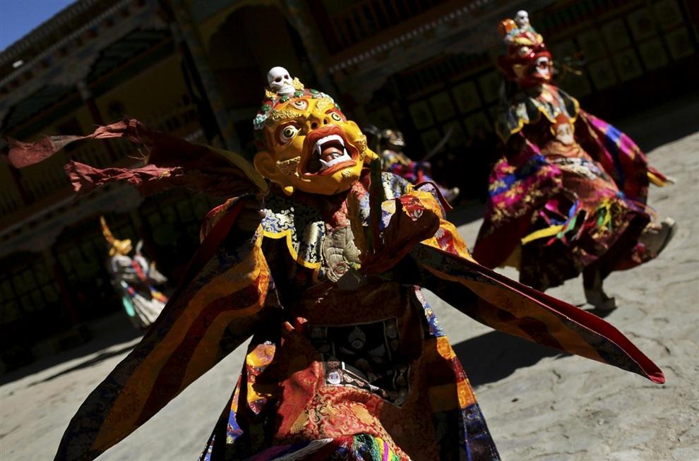 Священный танец, «избавляющий мир от негатива». (AP Photo/Kevin Frayer)