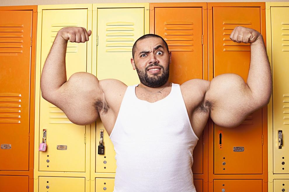 Размер правого бицепса Исмаила составляет 63,5 см, левого — 64,67 см. (James Ellerker/Guinness World Records)