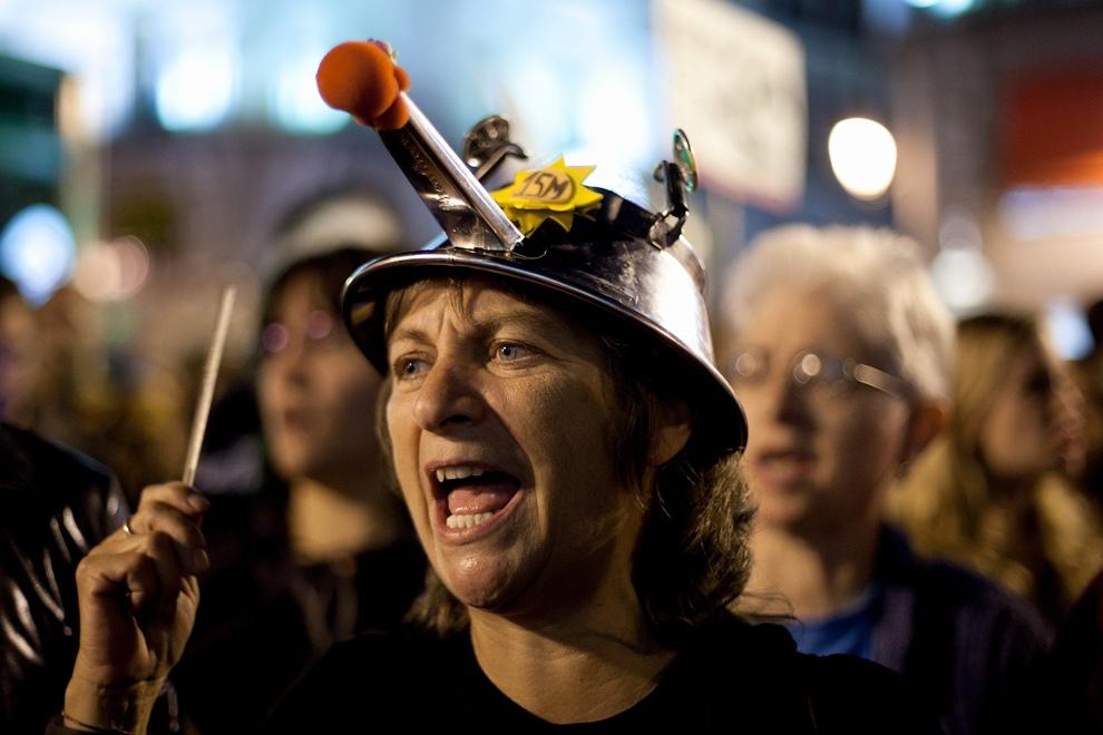Женщина с кастрюлей на голове