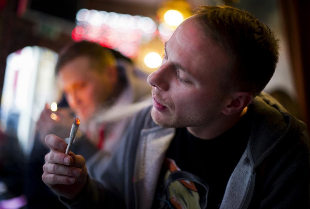 Джей наслаждается курением. (Jasper Juinen/Getty Images)