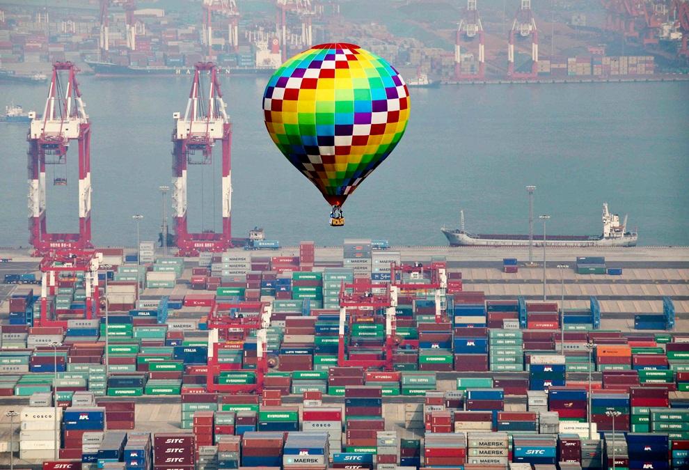 Воздушный шар летит над портом, Циндао, Шаньдун, Китай. (AP Photo)