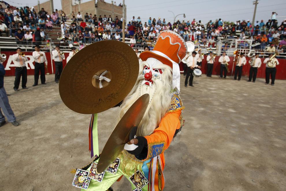 Участник Los Brillantes de Matacancha выступает на арене «Явар Торо». (AP Photo/Karel Navarro)