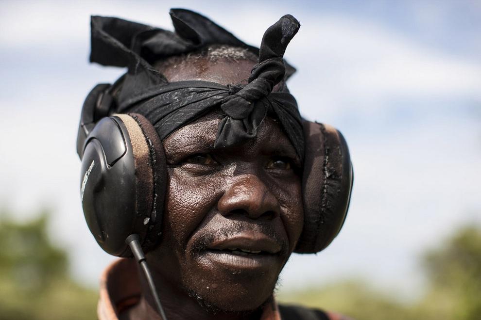 Джексон Лочето (Jackson Locheto) из Кении, вооруженный металлоискателем, занимается поиском золота. (REUTERS/Adriane Ohanesian)