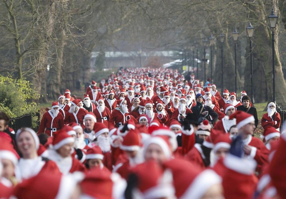 Общий вид на «Пробег Санта-Клаусов» в Баттерси-парке, Лондон, Англия. (JUSTIN TALLIS/AFP/Getty Images)