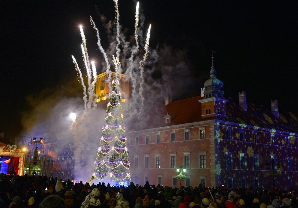 Зажжение новогодней ёлки и уличной иллюминации в Варшаве, Польша. (JANEK SKARZYNSKI/AFP/Getty Images)