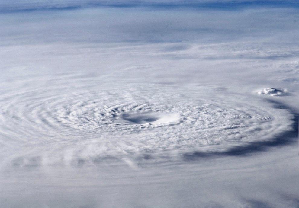 Вид из Международной космической станции (МКС) на вихри тайфуна «Бофа» над Микронезией. (NASA/JSC)