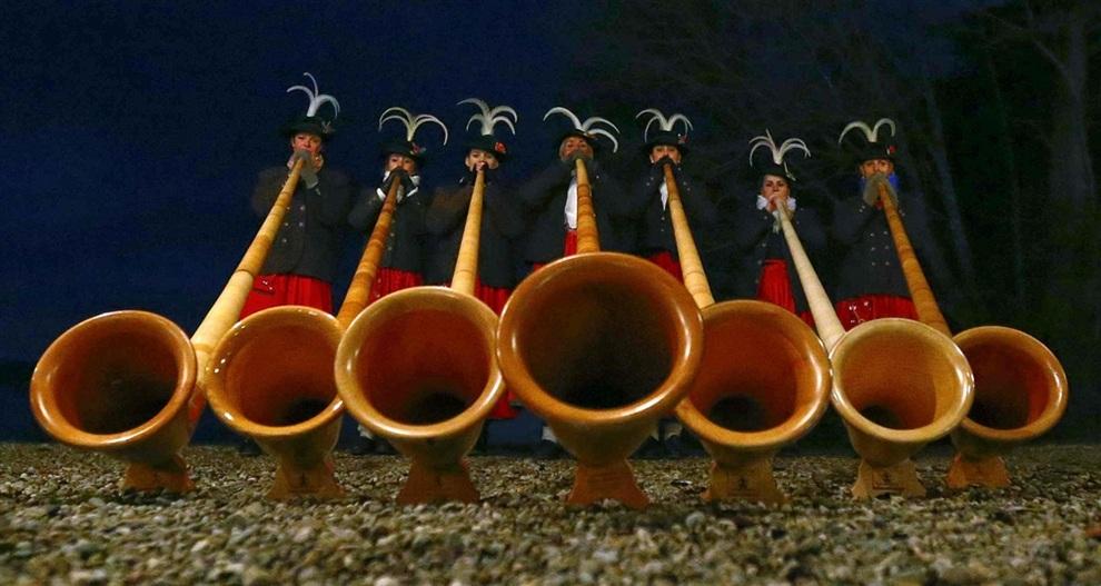 Женский ансамбль Werdenfelser Alphornbläserinnen готовятся к концерту у озера Штарнбергер-Зее, Бавария, Германия. (REUTERS/Michael Dalder)