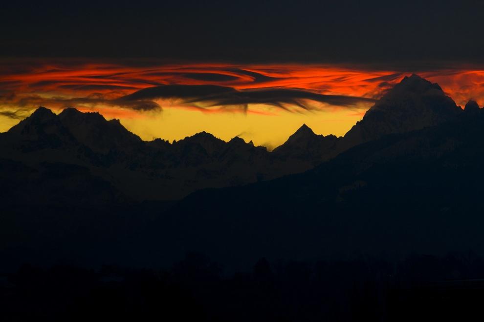 Сказочный рассвет над Альпами близ Женевы, Швейцария. (FABRICE COFFRINI/AFP/Getty Images)