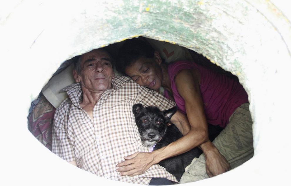 Мигель Рестрепо, Мария Гарсия и их пёс по кличке Блэки в своем доме, Медельин, департамент Антиокия, Колумбия. (REUTERS/Albeiro Lopera)