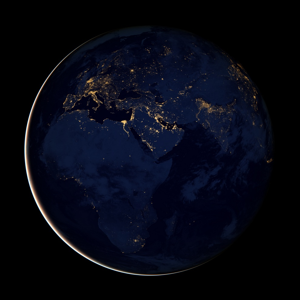 Ночное свечение Европы, Азии и Африки на снимке спутника «Суоми-НПП». (NASA Earth Observatory)