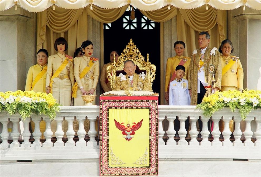 Члены королевской семьи окружают короля Раму IX во время официальных торжеств в Бангкоке, Таиланд. (EPA/ROYAL HOUSEHOLD BUREAU)
