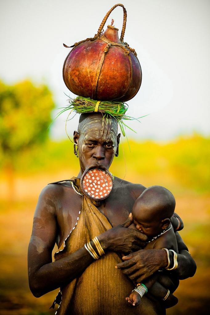 Женщина из племени мурси с ребенком. (Dmitri Markine/National Geographic Photo Contest)