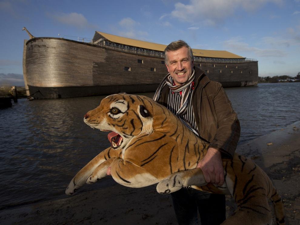 Йохан Хёйберс позирует с полноразмерной фигурой тигра у своей реплики «Ноева ковчега» в Дордрехте, Нидерланды. (AP Photo/Peter Dejong)