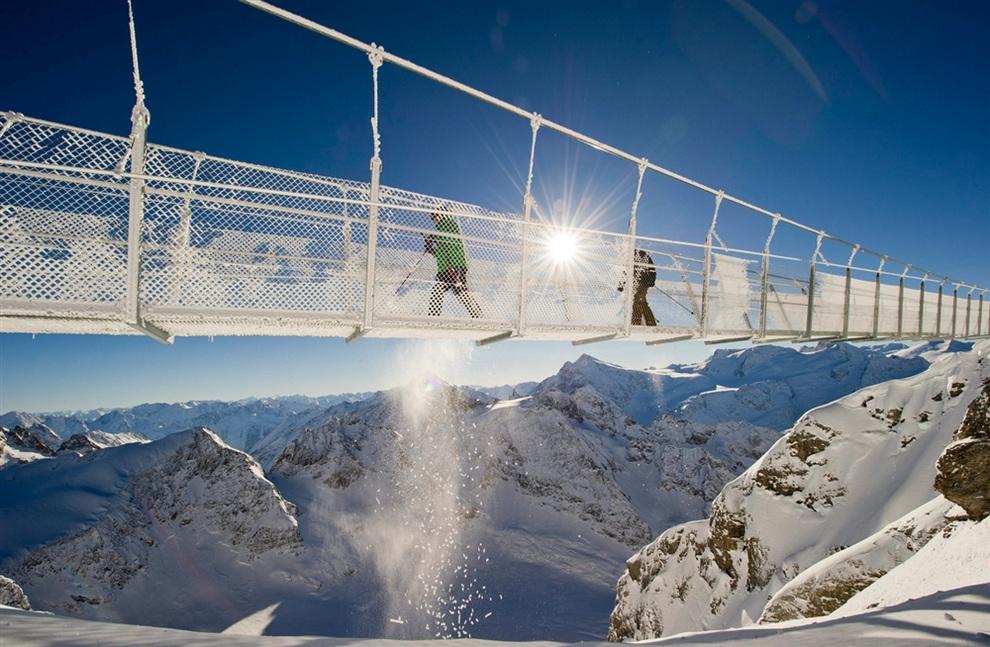 Висячий мост на курорте Титлис-Энгельберг в Швейцарских Альпах. (EPA/SIGI TISCHLER)