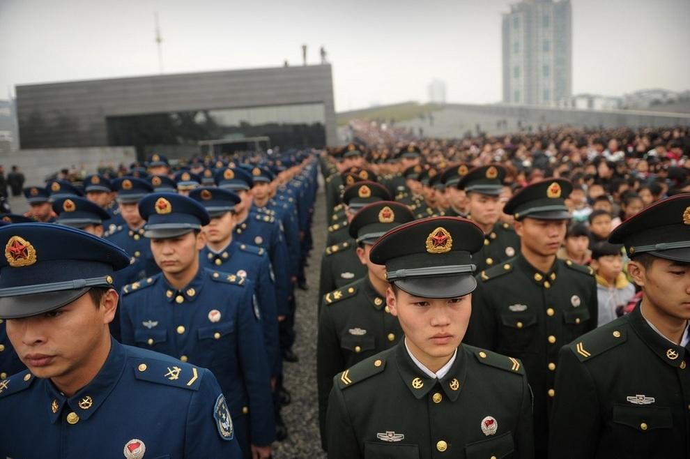 Солдаты китайской армии на построении у Мемориального музея в Нанкине, провинция Цзянсу, Китай. (PETER PARKS/AFP/Getty Images)