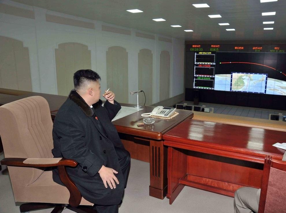 Ким Чен Ын наблюдает за полётом ракеты «Ынха-3», Чхольсан, провинция Пхёнан-Пукто, Северная Корея. (REUTERS/KCNA)