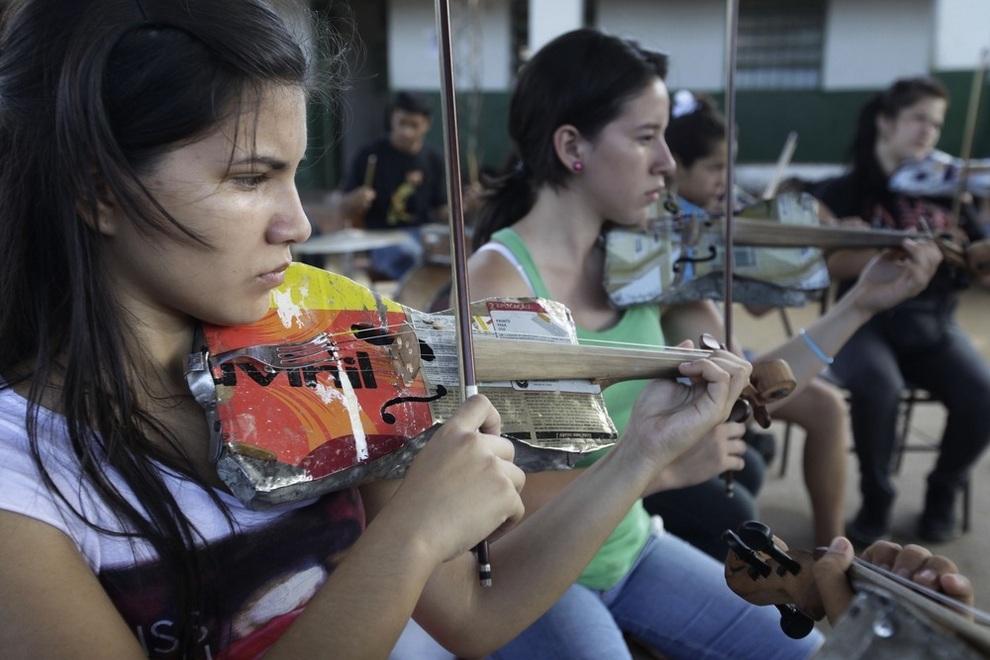 Детский оркестр с самодельными инструментами из мусора (5 фото + видео)