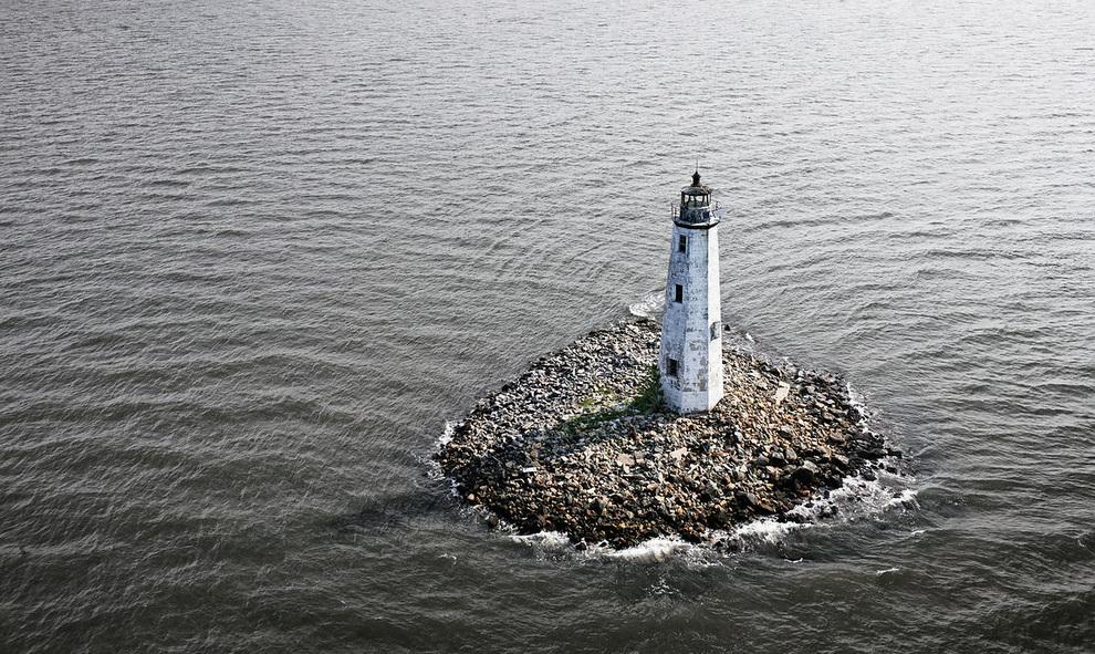 Маяк на острове Нью-Пойнт-Комфорт между Чесапикским заливом и заливом Мобжек у берегов Вирджинии, США. (Cameron Davidson)