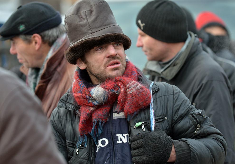 Киевским бездомным раздают горячие обеды (9 фото)