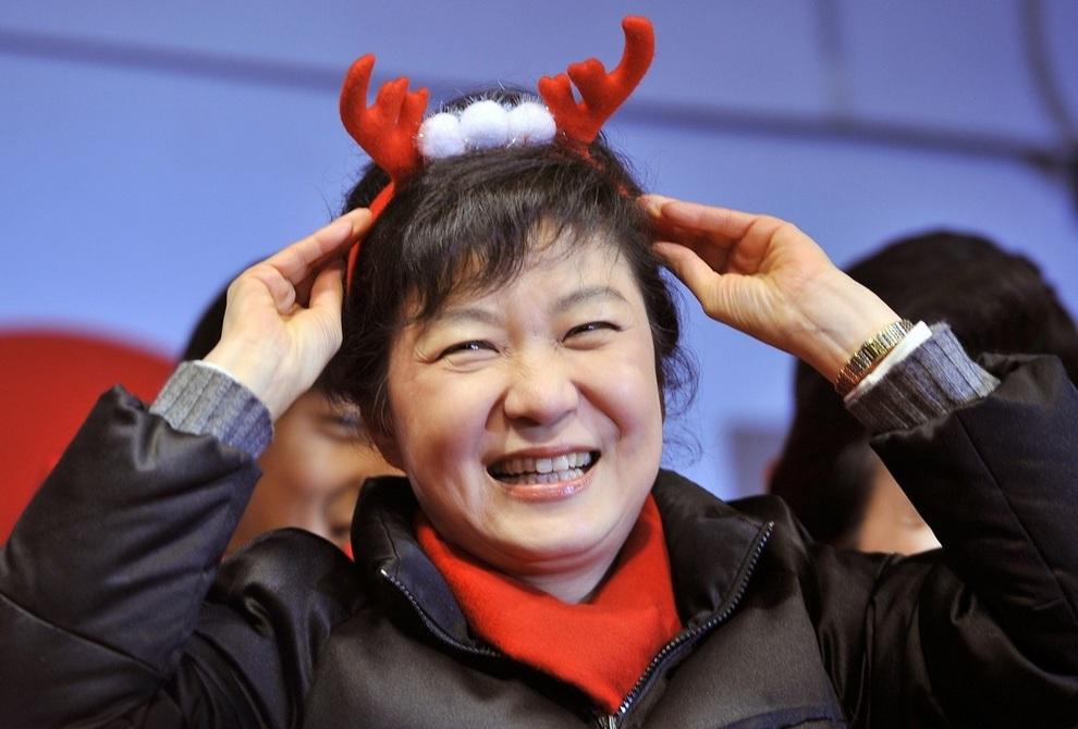 Пак Кын Хе с рожками оленя за день до выборов. (JUNG YEON-JE/AFP/Getty Images)