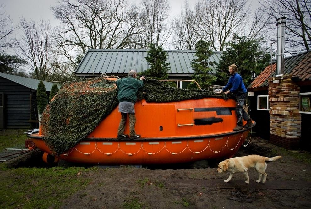 Питер ван дер Мер с соседом демонстрирует свою спасательную шлюпку, Котвейкербрук, провинция Гелдерланд, Нидерланды. (ROBIN VAN LONKHUIJSEN/AFP/Getty Images)