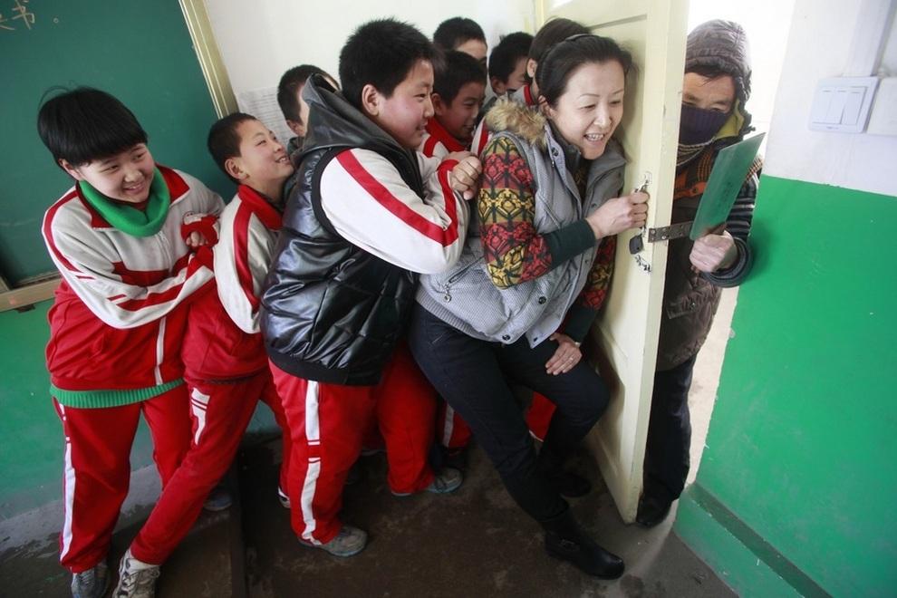 Уроки самозащиты в одной из школ Цзинаня, провинция Шаньдун, Китай. Учительница с детьми учатся блокировать дверь от нападающего. (AFP/Getty Images)