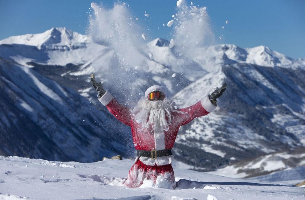 Грегори Галл-младщий, одетый как Санта-Клаус, подкидывает в воздух снег, Crested Butte, Колорадо, США. (AP Photo/Crested Butte Mountain Resort, Nathan Bilow)