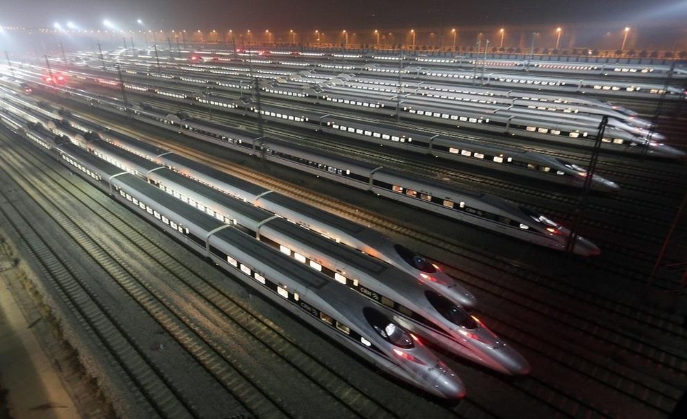 Высокоскоростные поезда стоят на базе в Ухане, провинция Хубэй, Китай. (EPA)