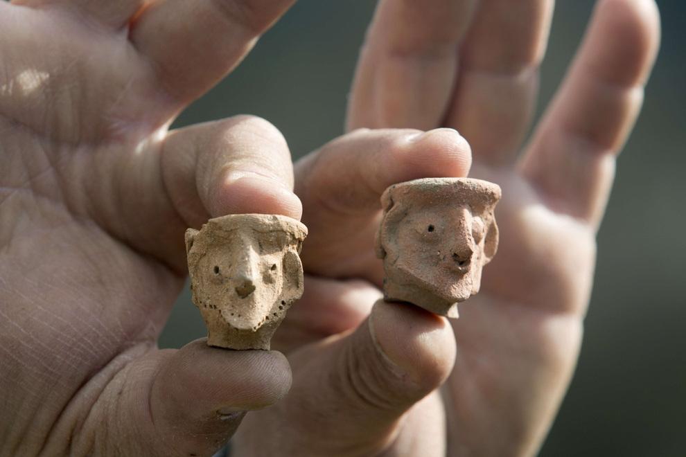 Глиняные фигурки человеческих лиц. Одна из них изображает бородатого мужчину. (MENAHEM KAHANA/AFP/Getty Iamges)