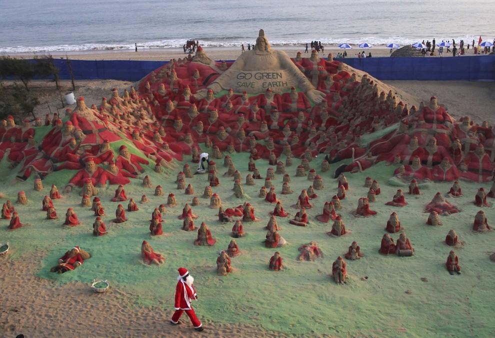 Песочные Санта-Клаусы Сударсана Паттнайка (3 фото)