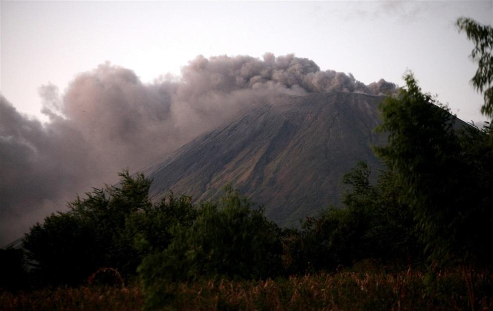 Никарагуанский вулкан Сан-Кристобаль активизировался (5 фото + видео)