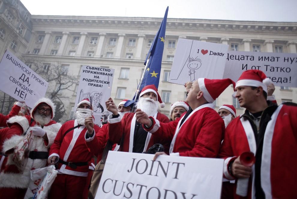 Болгары устроили акцию «Дети на Рождество нуждаются в отцах» (5 фото)