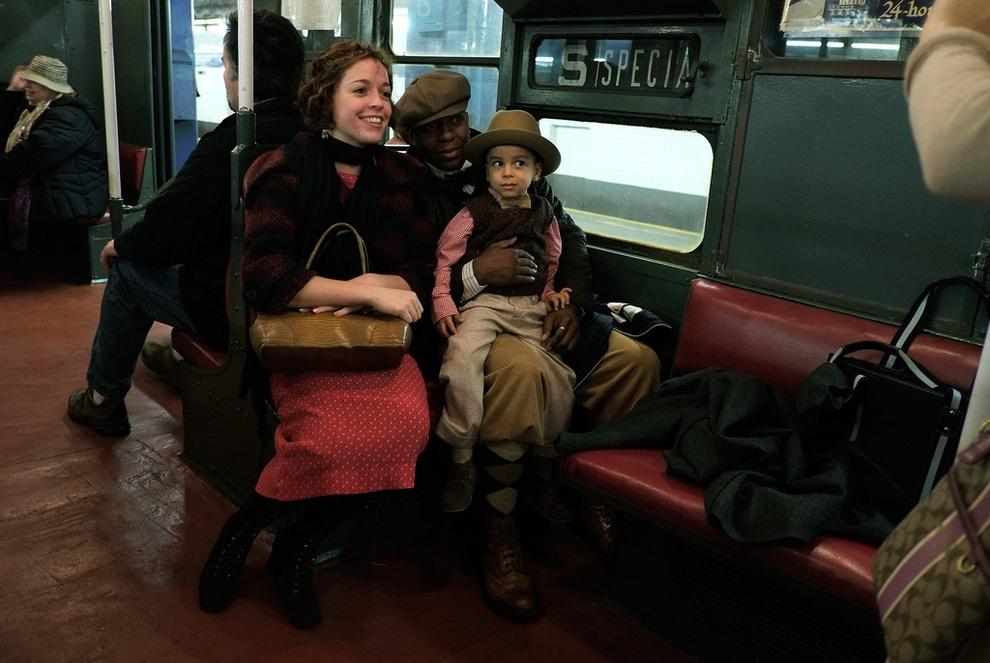 Экстравагантная семья позирует фотографам в вагоне винтажного метро. (Preston Rescigno/Getty Images)