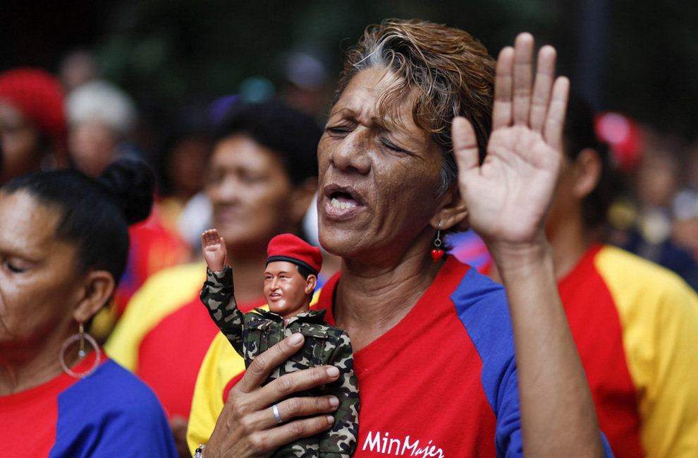Венесуэльцы молятся за здоровье Уго Чавеса (8 фото)
