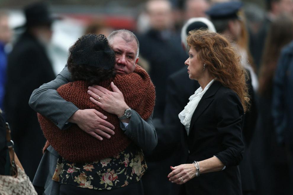Жители Ньютауна прощаются с жертвами бойни (10 фото)