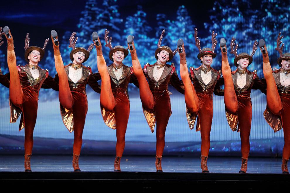 Танцовщицы кордебалета The Rockettes выступают на сцене театрально-концертного зала «Радио-сити», Нью-Йорк, США. (AP Photo/Amanda Schwab)
