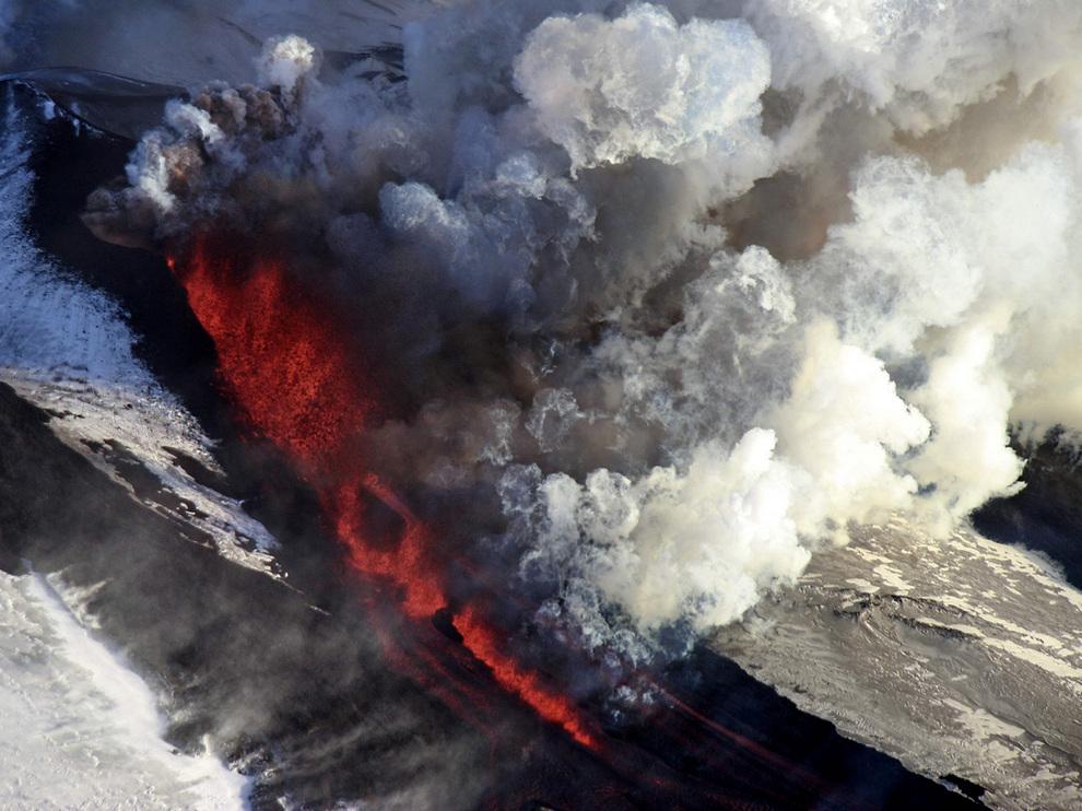 Извержение вулкана Плоский Толбачик в России (10 фото)