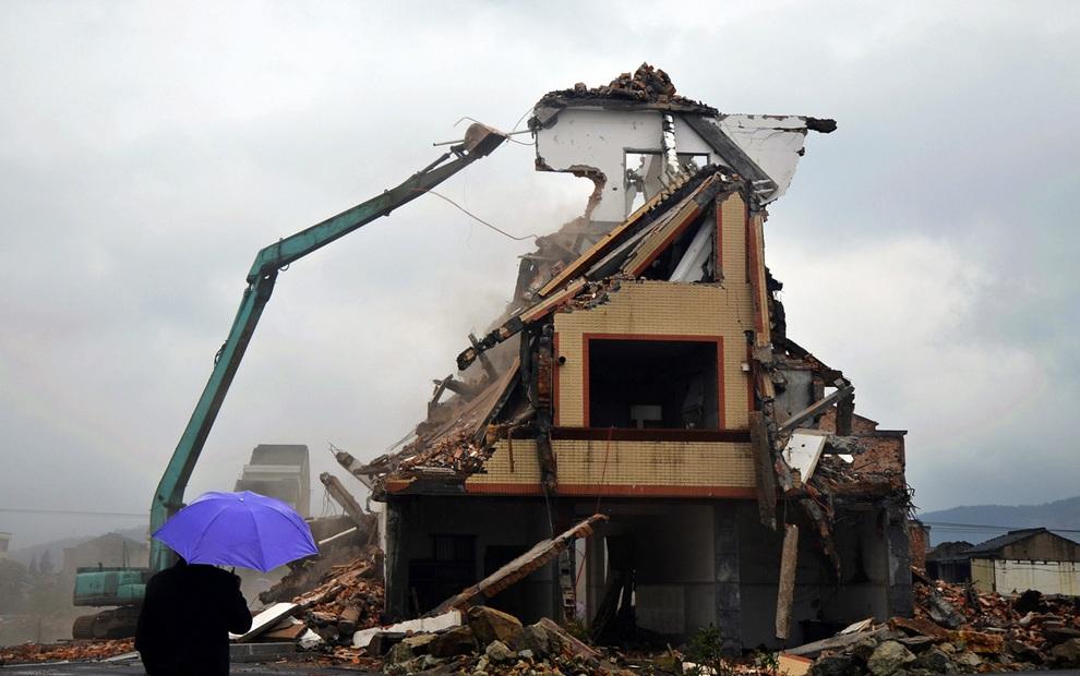 Знаменитый дом на дороге пошел под снос (6 фото)