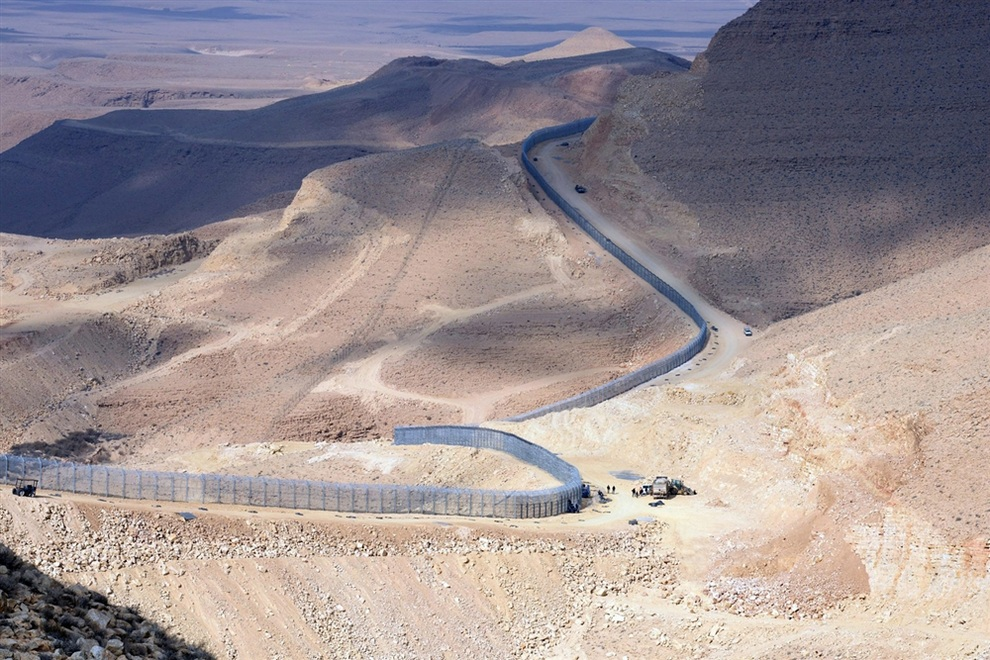 Израиль оградился от Африки 230-километровым забором (2 фото + видео)