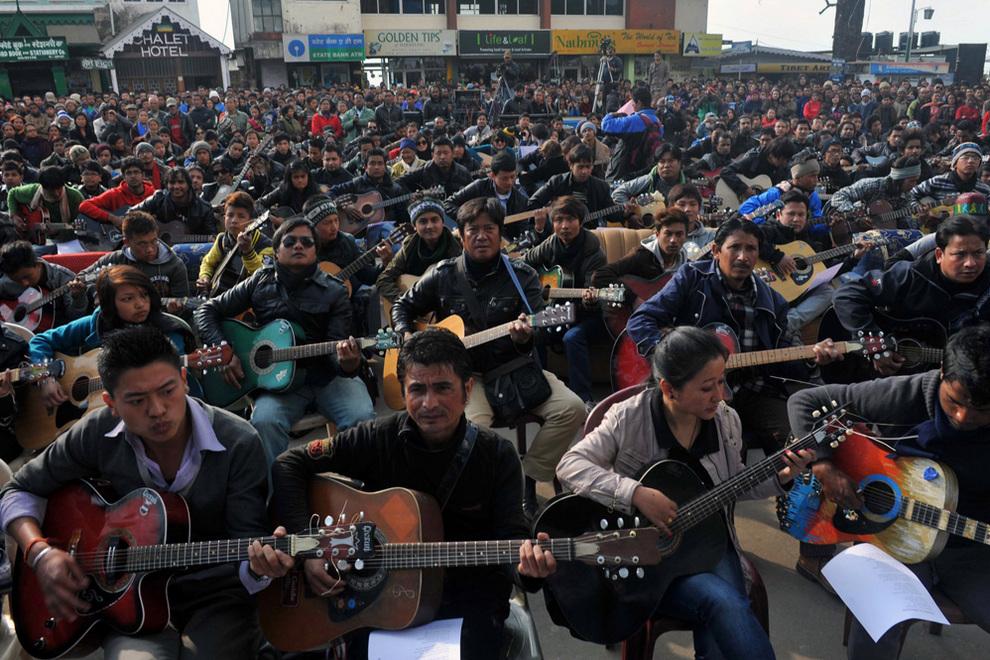 600 гитаристов исполнили композицию «Imagine» в память о погибшей индийской студентке (5 фото)
