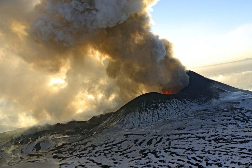Плоский Толбачик усиливает выбросы лавы (5 фото)