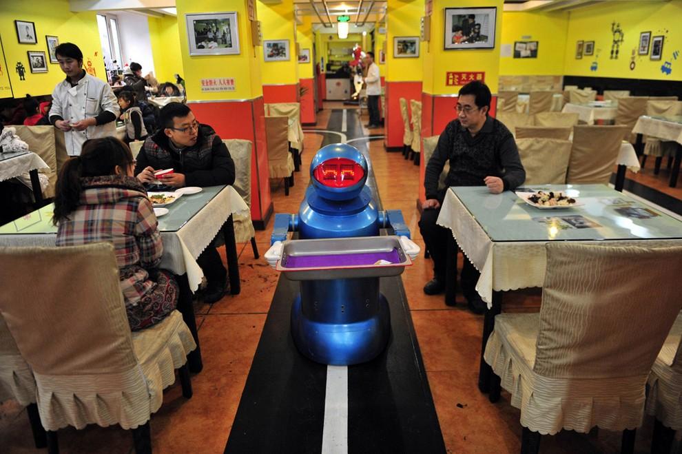 Роботизированный персонал на службе в китайском ресторане (10 фото)
